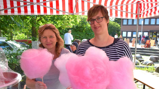 Annika Holmer und Martina Lusch boten eine süße Köstlichkeit an
