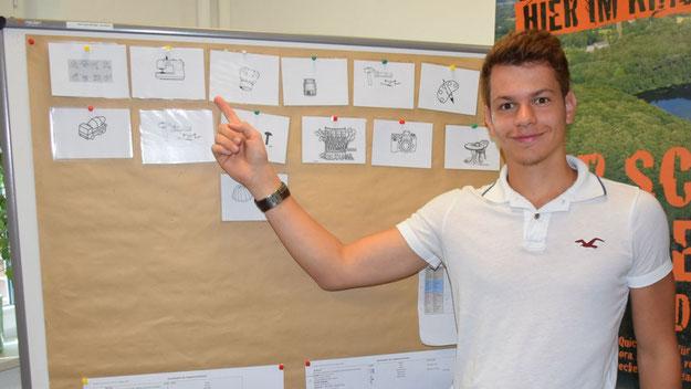 Dominik Wollermann, während seines Freiwilligen Sozialen Jahres im Haus der Jugend tätig, stellt die 14 Kreativ-Angebote vor, die die TeilnehmerInnen wahrnehmen konnten.