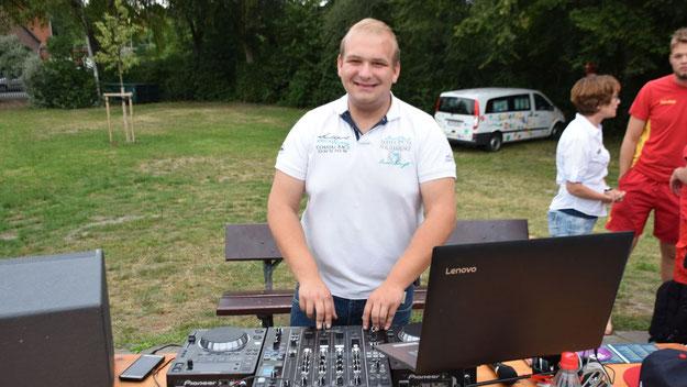Sorgte am Notebook und an den Reglern für den richtige Sound: Marc de Brün, ehrenamtlicher Mitarbeiter des Stadtjugendpflege