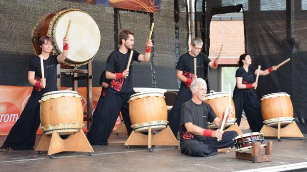 Die Gruppe Tengu Daiko aus Hamburg begeisterte mit japanischem Trommelspiel.