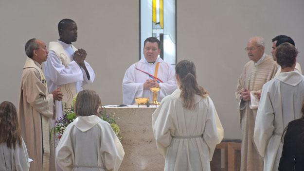 Das Fest begann mit einem Hochamt, das von Pfarrer Heiko Kiehn gemeinsam mit dem emeritierten  Pfarrer Heinrich Hülsmann, dem Gründes des Festes, und drei weiteren Priestern aus verschiedenen Nationen zelebriert wurde.