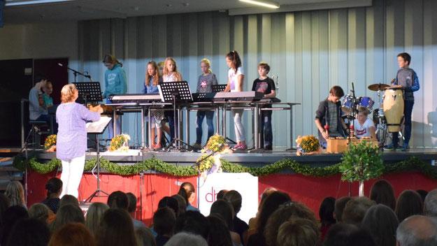 """Die Instrumental-AG unter Leitung von Sabine Stegmann sorgte mit dem Titel """"Flying"""" für den musikalischen Auftakt."""