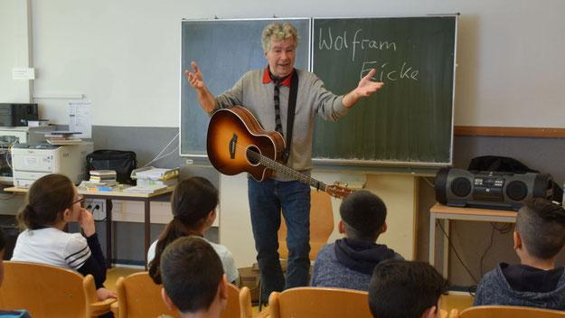 Wolfram Eicke unterhielt nicht nur mit eigenen Liedern und Geschichten, sondern brachte auch die Kinder zum Mitsingen
