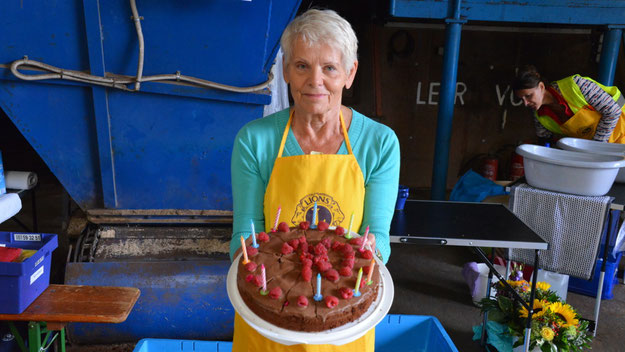 """... und seine Tochter hatte eine  Torte mit einer großen """"10"""" gebacken, hier präsentiert von seiner Frau."""