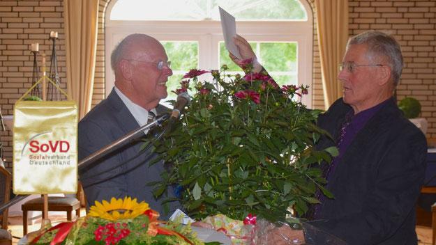 Einen Blumengruß mit Zugabe überreichte Elleraus 2. Bürgermeister Joachim Wehner.