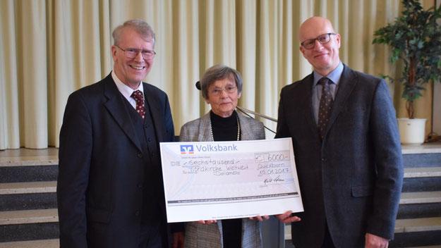 Gemeinsam mit Irene Lühdorff konnte Ermes Kurt Rulffes, dem Vertreter des Zentrums für Mission und Ökumene der Nordkirche weltweit einen Scheck über 6.000 Euro für die Bildungsarbeit in Indien überreichen.