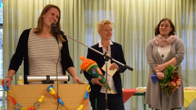 Für das Kollegium begrüßten Katharina Balzer, Rabea Stoltz und Annika Burmester die neue Chefin. Als Präsent überreichten sie eine Schultüte.