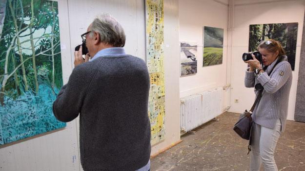 Im Sucher der Presse: Initator Edwin Zaft berichtet über den Entstehungsprozess seiner Bilder, denen häufig Fotos zugrunde liegen.