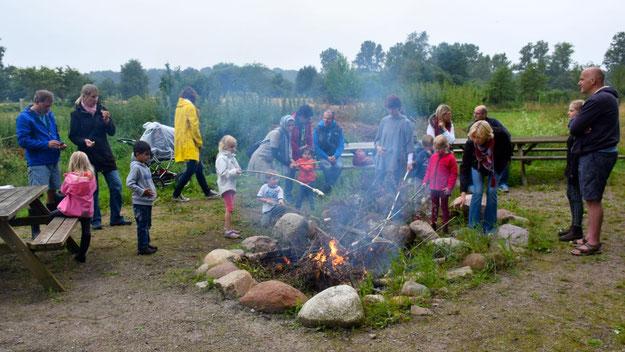Auch ein Erlebnis für die Kleinen: Die Zubereitung von Stock-Brot am offenen Feuer