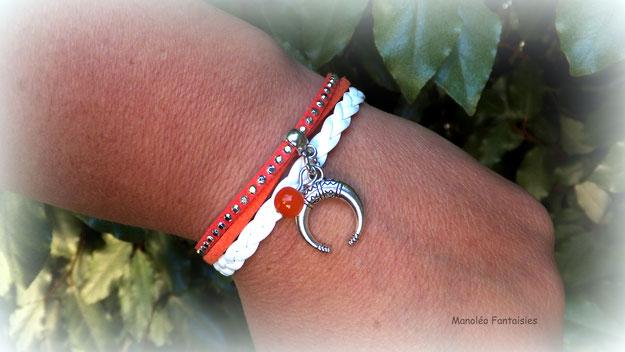 Bracelet mini manchette NAEL, sa demi lune, sa perle orange, de couleur corail, blanc et argenté
