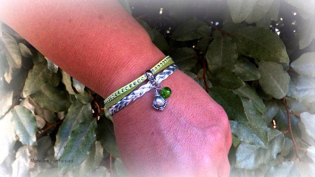 Bracelet mini manchette LUKA, son coquillage, sa perle verte, de couleur vert et argenté