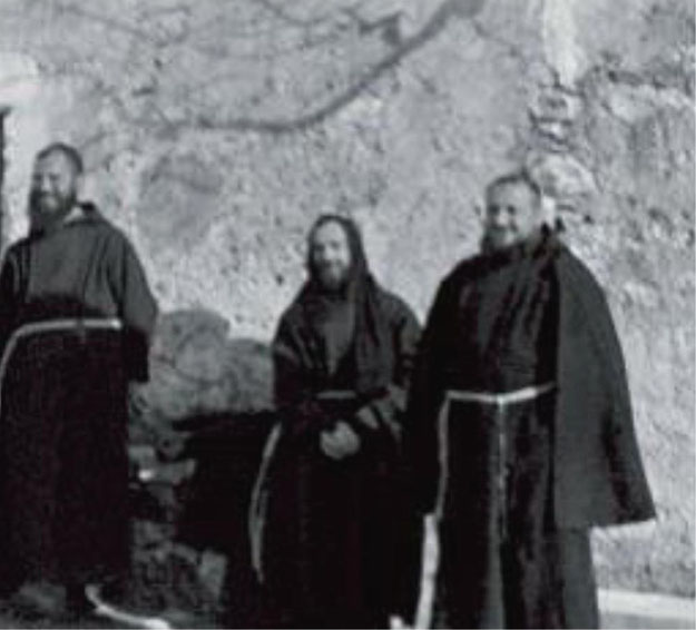 Padre Pio giovane con confratelli all'aperto