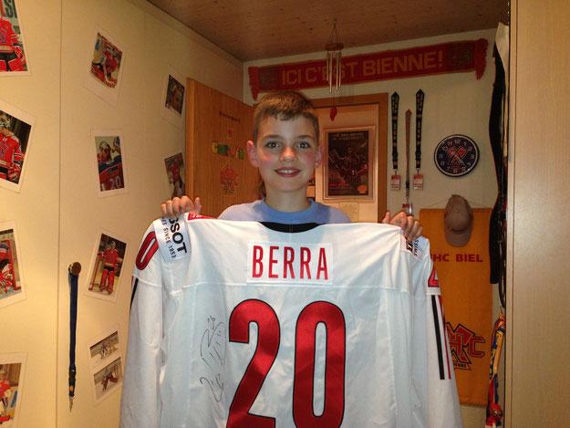 Das getragene und unterschriebene Dress von Reto Berra von der Weltmeisterschaft 2013 in Schweden. Das ist das Vizeweltmeisterdress!