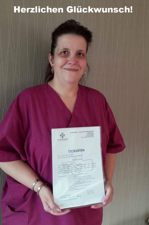 Frisch ausgebildete Mitarbeiterin der Alternative Pflege zur Palliativ Care
