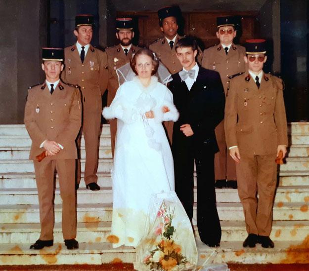 Mariage du SCH FERRAND, de g. à d. : ADJ ZAJACALA, les mariés, SGT TANGUY, encadrés par des sous-officiers du 9-9 (Fonds Tanguy)