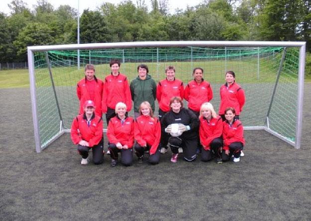 Das Frauenfussballteam mit neuen Trainingsanzügen 2010 und Trainer Helmut