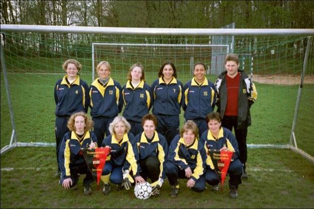 Das Frauenfussballteam nach zwei Staffelmeisterschaften in Folge 2002
