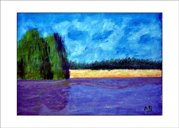 Seelandschaft mit blauem Himmel und Wald im Hintergrund, davor ein Feld mitTrauerweiden am See- blauer See im Vordergrund