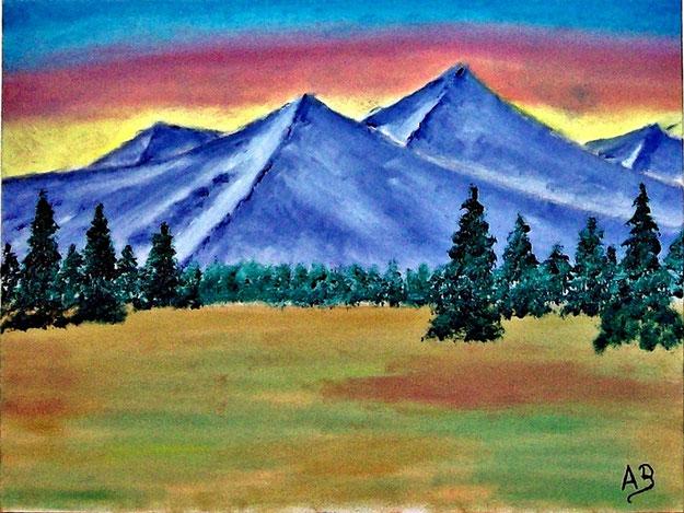 Berglandschaft mit Abendhimmel. Blaue Berge und Baumreihe im Hintergrund. Nadelbäume und grün, rot, gelbe Landschaft. Ölgemälde