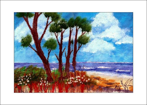 Küstenlandschaft, Hintergrund: blauer wolkiger Himmel, Mittelgrund: Meer mit Wellen,vorn: Strand, Pflanzen, Blumen, Bäume