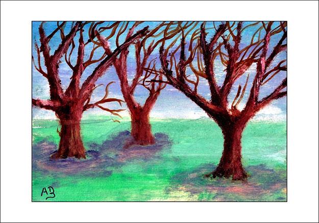 Winterlandschaft mit wolkigem Himmel, Wiese und Bäumen im Vordergrund
