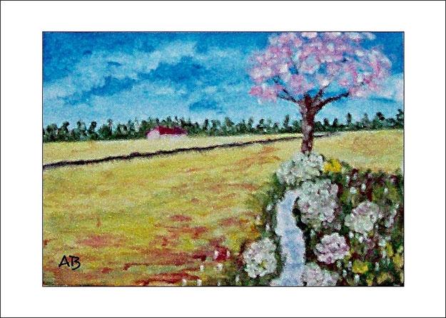 Frühlingslandschaft mit blauem Himmel und Baumreihe im Hintergrund-Felder, blühender Baum,Blumen, Pflanzen und ein Bach im Vordergrund