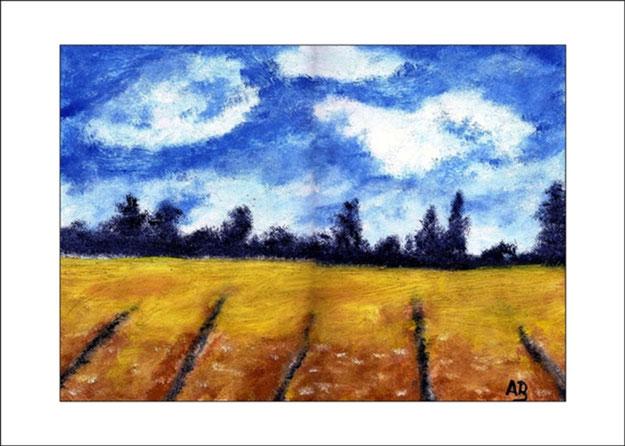 Herbstlandschaft mit Wolkigem blauen Himmel, Bäume im Hintergrund und einem Feld im Vordergrund