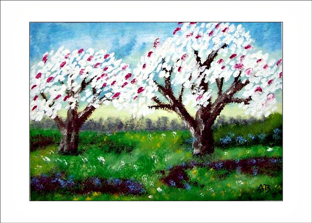 Frühlingslandschaft mit blauem Himmel, Baumreihe und blühenden Bäumen auf der Blumenwiese