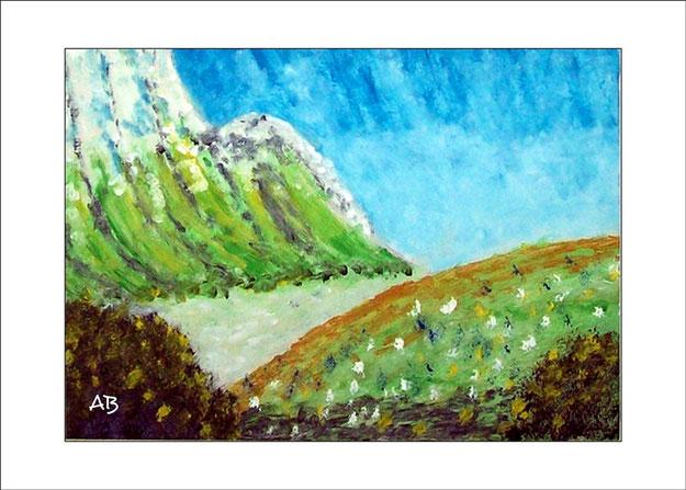 Gebirgslandschaft mit blauem Himmel, Felsen, Wiese, Blumen und Büschen im Vordergrund