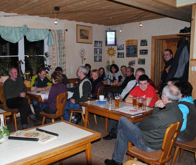 Ein Symbolbild für basisdemokratisches bürgerschaftliches Engagement: die Mitglieder der Dorferneuerungs-Konzeptions-Arbeitskreise bei einer  Sitzung im Januar 2010