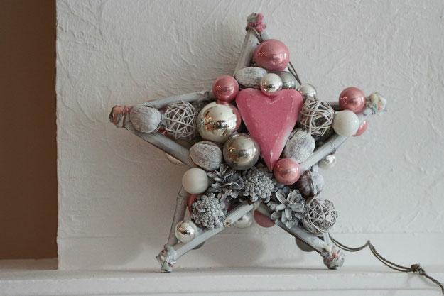 Stern in rosa - weiß mit Herz, Zapfen und Glaskugeln.