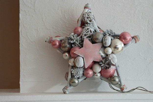 30 cm Stern mit weißen, rosa und grauen Glaskugeln. Die Stern Mitte ziert ein Metall Stern.