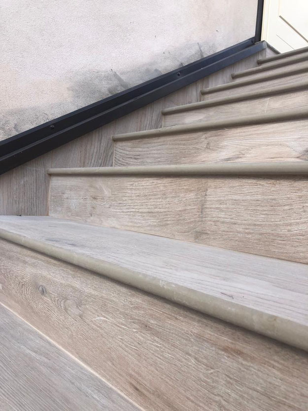 Gradini in gres porcellanato effetto legno
