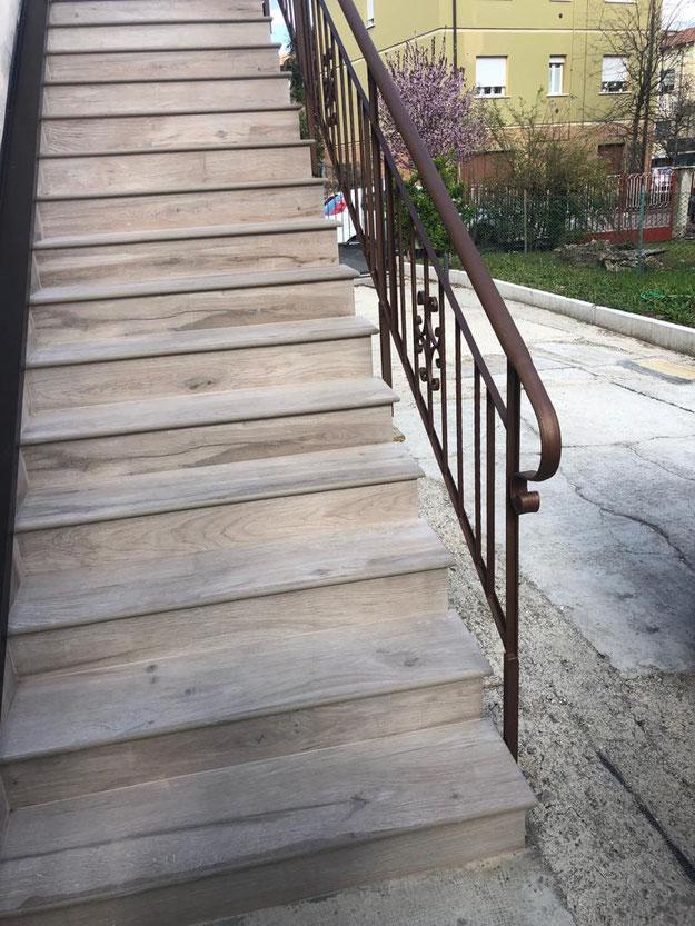 Scala con gradini in gres porcellanato effetto legno