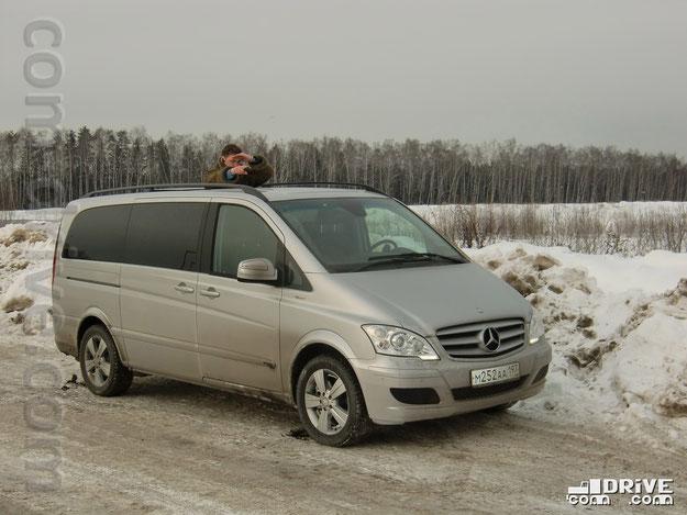 Указываю из минвэна Mercedes-Benz Viano 2.2 CDI Trend правильное направление для проекта com-drive. com. Москва, район Алтуфьво. Фото Дениса Дементьева
