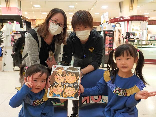 岩手県のさくら野百貨店・北上店で似顔絵を描いたファミリー