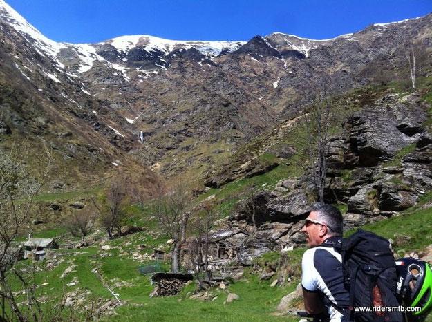 sorvegliati dal GRAN TRUC con panorama tipico di alta montagna...ma siamo solo a 1300 metri slm