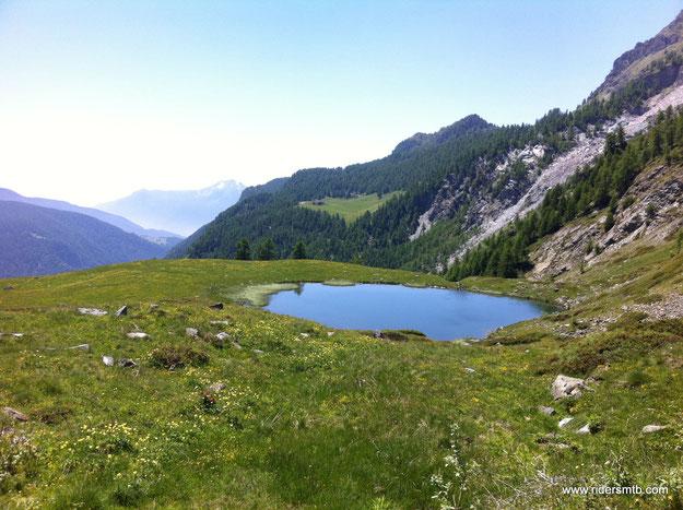 costeggiamo il secondo laghetto....lago di Cortinaz