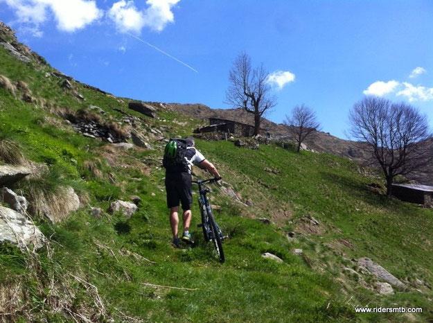 in avvicinamento all'Alpe del Criuliro la ciclabilità si riduce al minimo