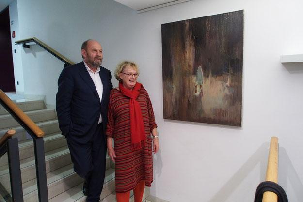 Alexander Ochs Barwinek und die Vorsitzende des Kunstvereins Dr.Barbara Kahle bei der Übergabe des Bildes von Lu Song