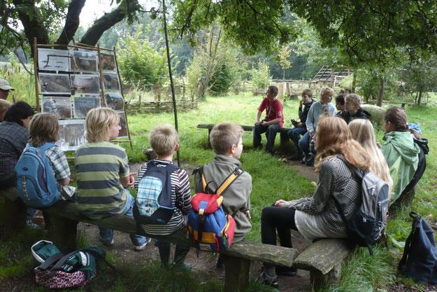Für Kinder gibt es in der Region viel Spannendes zu erleben. Das Bild zeigt eine NABU-Kindergruppe auf dem Bronzezeithof in Uelsen.  (Foto: Jutta Over)
