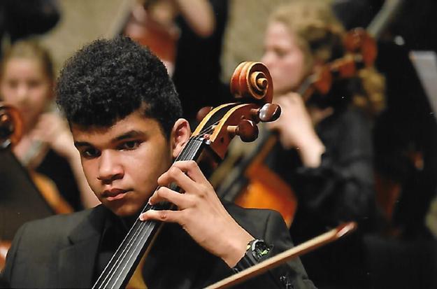 """Goltsev begann mit sechs Jahren Cello zu spielen. Er ist Mitglied im Felix-Mendelssohn-Jugendorchester und nahm mehrfach am Wettbewerb """"Jugend musiziert"""" teil. 2019 wurde er mit einem 1. Preis in der Kategorie """"Klavier-Kammermusik"""" ausgezeichnet."""
