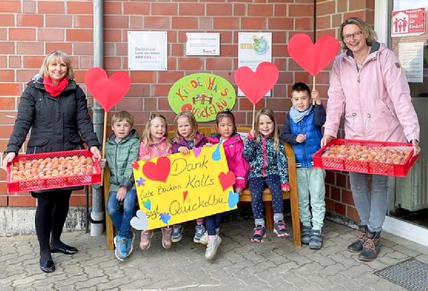 Die Kinder der Kita Quickelbü bedanken sich gemeinsam mit den Erzieherinnen Teresa Ryl und Janine Waldbauer für die Quarkbällchen