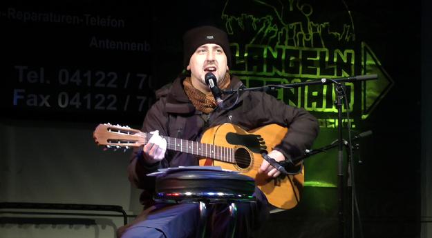 Christian Chinery, Flüchtlingshelfer in Quickborn, stellte unter Beweis, dass er nicht nur sechs Sprachen, sondern auch Gesang und Gitarre beherrscht