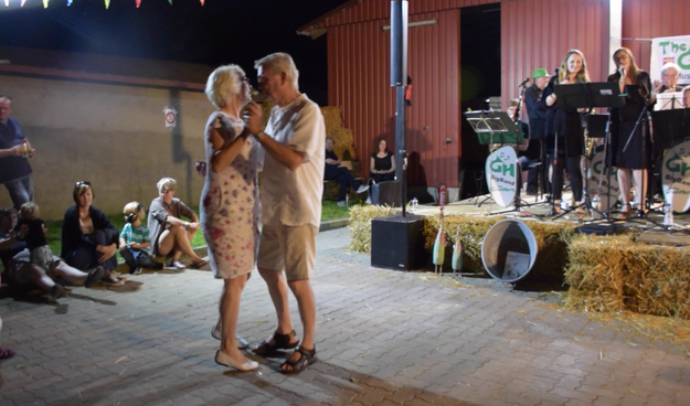 Ein Paar machte den Anfang, später konnten viele Tanz-Paare den mitreißenden Klängen der Greenhorns nicht widerstehen