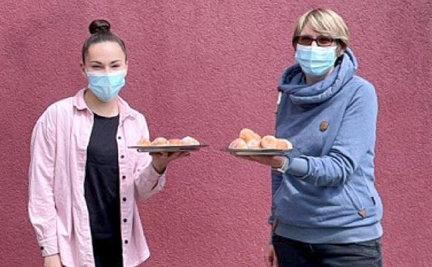 Tanja Rother und Ramona Heiser aus der Kita Kleine Wilde freuen sich über die Aktion der Bäckerei Kolls