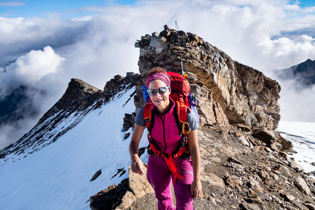 Im Hintergrund sieht man einen Teil des Felsgrates zwischen den beiden Gletschern. Hier sind auch Stahlseile gespannt und der Weg läuft genau über diesen Grat mit kleineren Auf- und Abstiegen.
