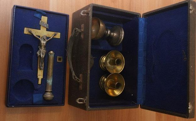 Tra gli oggetti trovati anche un corredo per messa da campo, racchiuso in una valigetta contenente due piccoli candelieri, una pisside, un aspersorio e un crocefisso in ottone
