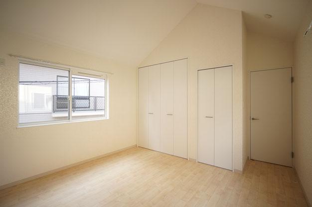 主寝室です。クロゼットは2か所。壁紙、かわいいですよ~。