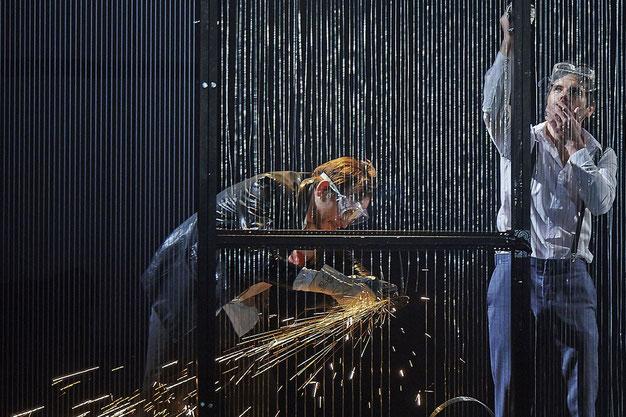 Szenenfoto Schauspielhaus Wien 2014, Martin Vischer u. Thiemo Strutzenberger (c) Robert Polster